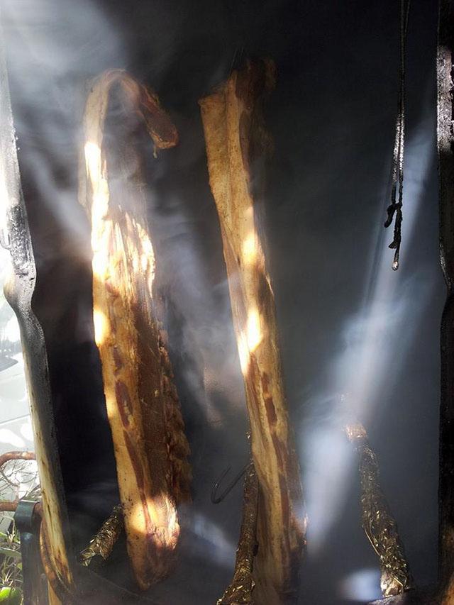 ベーコンの燻煙作業を行ってます。 ドリームファーム