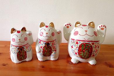 笠間の陶芸作家外山亜基雄氏が一体づつ心込めて焼き上げた招き猫です