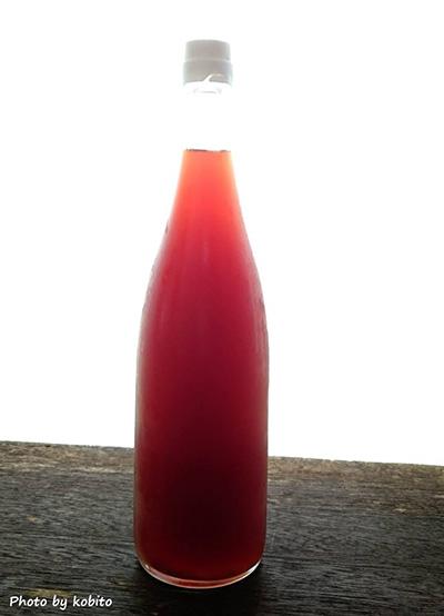 昨年、庭の甘柿で仕込んだ柿酢を絞り終えました。美しいオレンジ色。まろやかな酸味でとっても美味しいのです。